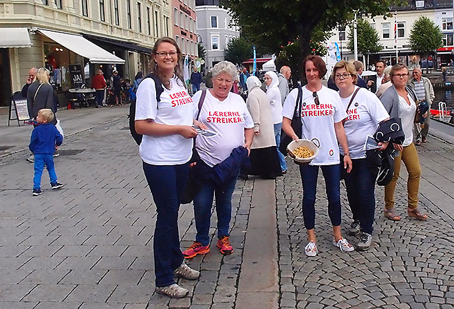 Streikende fra Arendal VGS deler ut bokstavkjeks  Pollen :)