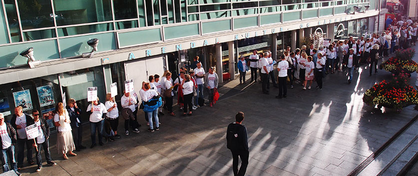 Flere hundre streikende lærere sto klare til å møte lokalpolitikerne i Arendal på vei inn til bystyremøtet.