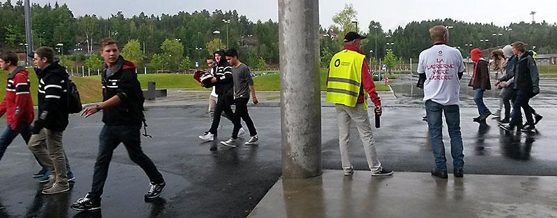 noen elever stoppet og slo av en prat med streikevaktene, men de fleste gikk forbi og kikket litt rart på dem.